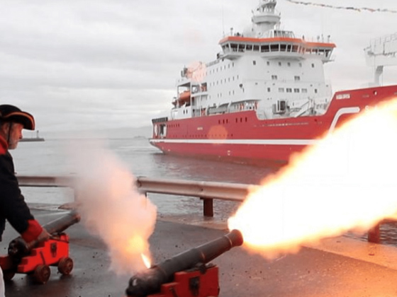 Firing-of-muzzle-loading-cannons-12