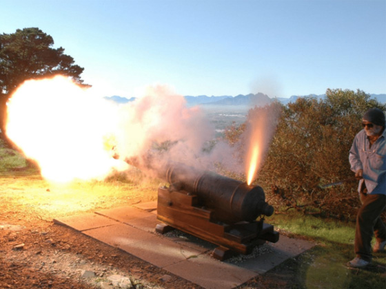Firing-of-muzzle-loading-cannons-3