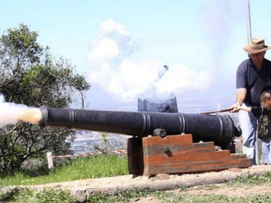 Firing-of-muzzle-loading-cannons-4
