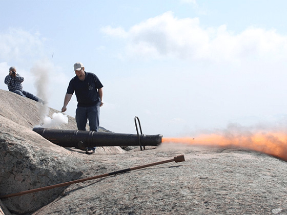 Firing-of-muzzle-loading-cannons-9